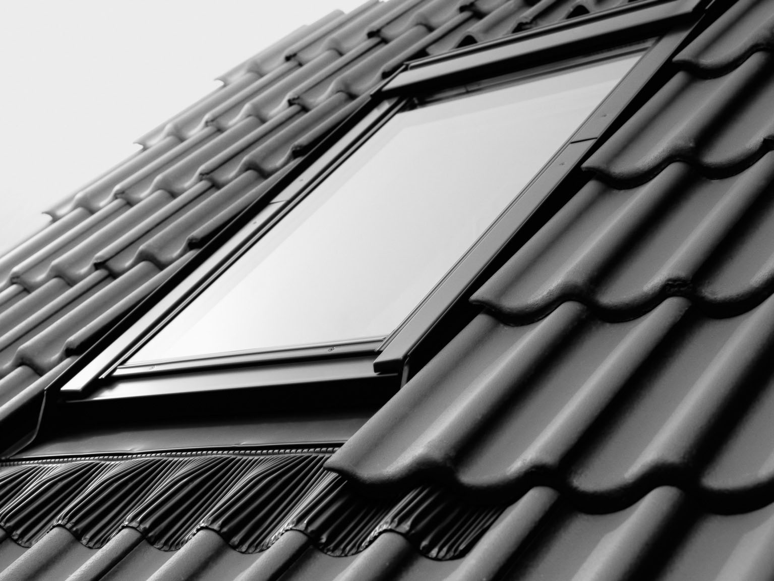 Roof windows choose the right roof window types styles for Fenetre de toit pvc velux